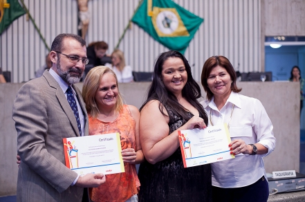 Rui Aguiar (UNICEF) e Jô Farias (APDMCE) entregam o certificados às educadoras de Itaiçaba e Dep. Irapuan Pinheiro